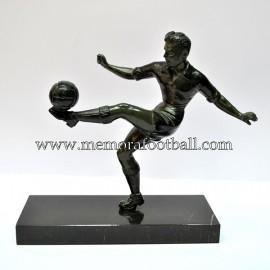 Figura de futbolista con balón. Francia c.1950