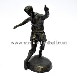 A bronze figure of a footballer. 1990s Cruyff Foundation