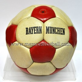Balón del FC Bayern Munich 1970s. Firmado por K.H. Rummenigge
