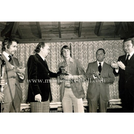 """""""JOHAN CRUYFF"""" recibe el Balón de Oro 03-10-1973 fotografía de gran tamaño"""