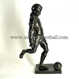 Figura de futbolista con balón. Reino Unido 1920-30