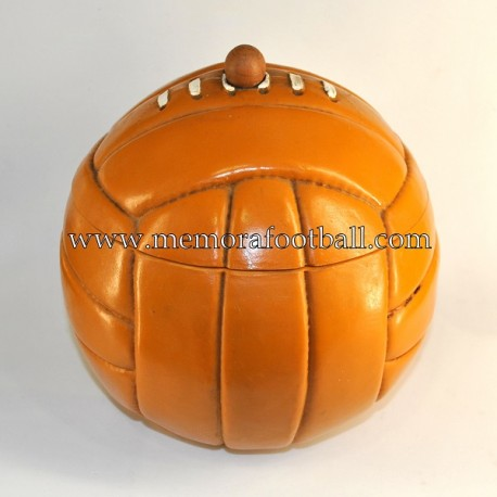 Cubitera de hielo en forma de balón de cuero, años 60s
