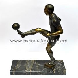 Figura de futbolista con balón. Francia c.1930
