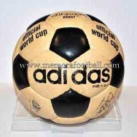 """Balón """"ADIDAS MUNDIAL ELAST"""" firmado por FC Barcelona 1981-84"""