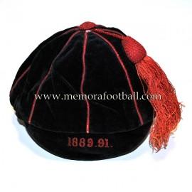 Cap de terciopelo negro con bordados en rojo 1889-1891