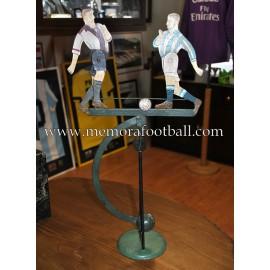 Balancín de dos futbolistas con balón. Francia 1940-50